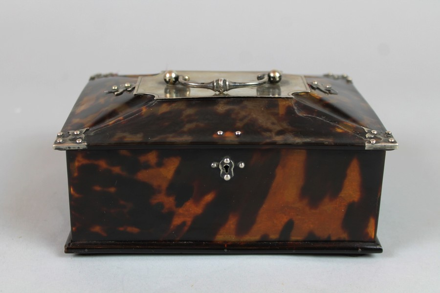 Box in tortoise shell and silver, Dutch colonies, 18th C.