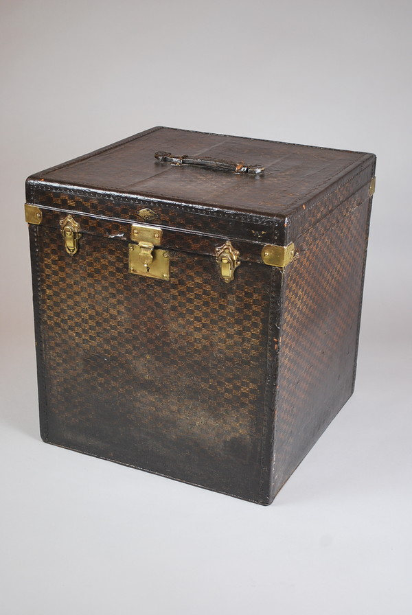 Cubic-shaped travel trunk