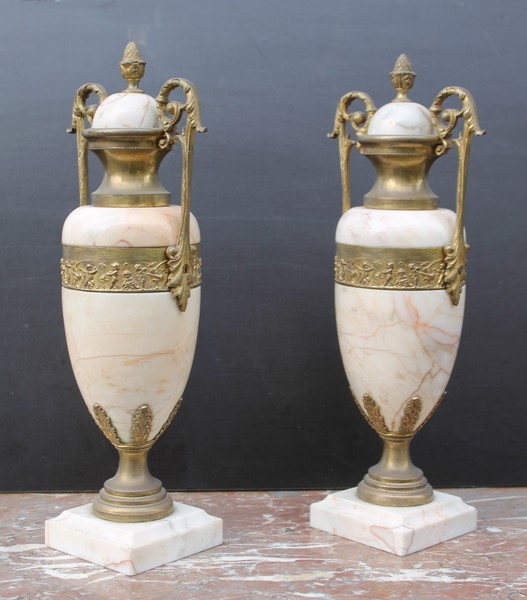 Pair of marble cassolettes with frieze of puttis